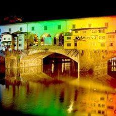 Firenze, Ponte Vecchio illuminato da luci colorate.