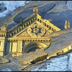 Firenze, chiesa di Santa Croce riflessa nell'acqua sul selciato della omonima piazza.